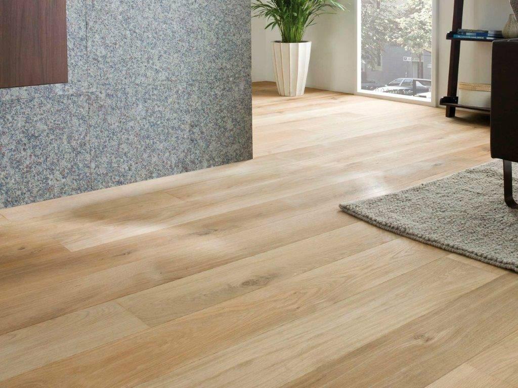 Een vloerkleed op een houten vloer staat vaak heel goed
